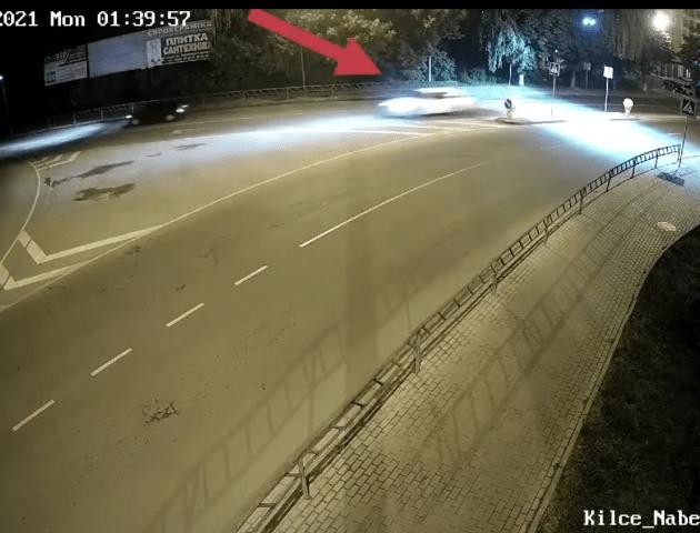 У Луцьку автівка на шаленій швидкості перетнула кільце і «вилетіла» на узбіччя. Відео