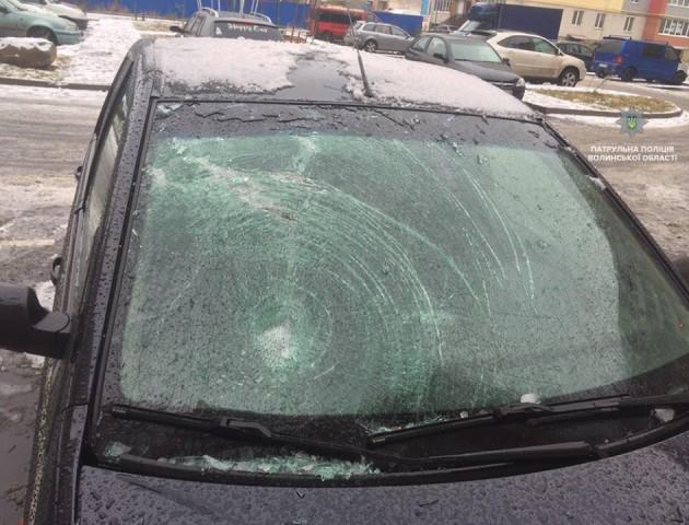 У Луцьку льодяна брила пошкодила автомобіль. ФОТО