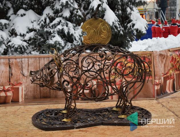 Звідки взялася металева свиня у центрі Луцька