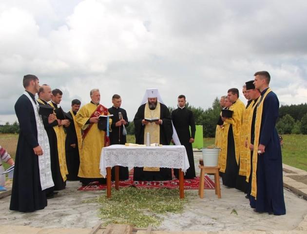 Митрополит Луцький і Волинський Михаїл заклав капсули у фундаменти двох церков