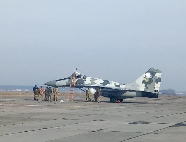 На Луцький аеродром прилетів фронтовий винищувач