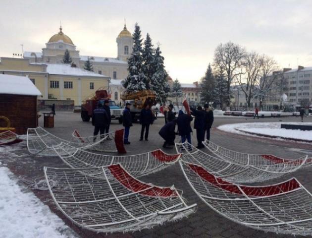 У центрі Луцька встановлюють новорічну кулю. ФОТО
