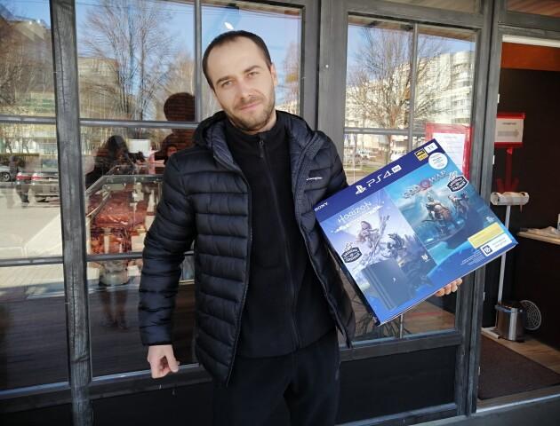 Вручили приз четвертому переможцю акції від компанії «Забіяка» «Купуй сардельки - вигравай IPhone»