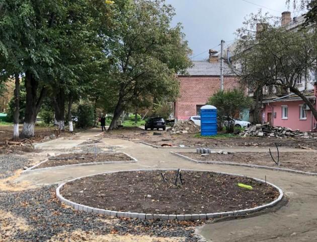 Показали, як облаштовують сквер на місці квіткового ринку у Луцьку. ФОТО