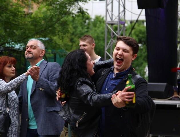 Луцький «Кораблик» гуляє ювілей: пиво по 5 гривень, концерт і танці на вулиці