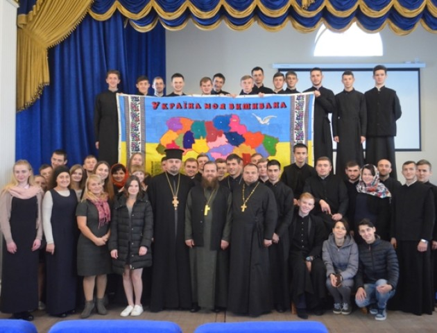 У Луцьку освятили вишиту карту України, над якою працювали сім тисяч майстринь