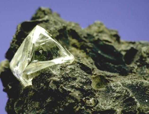 Вчені виявили алмаз з льодом, який утворився у позаземних умовах