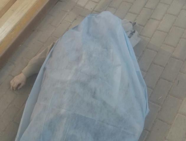 Чекав маршрутку і помер. В Луцьку на зупинці виявили труп чоловіка. ФОТО 18+