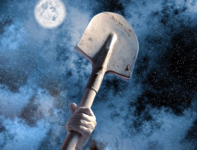 Голова ледь залишилась на шиї: розлючений чоловік накинувся на дружину з лопатою