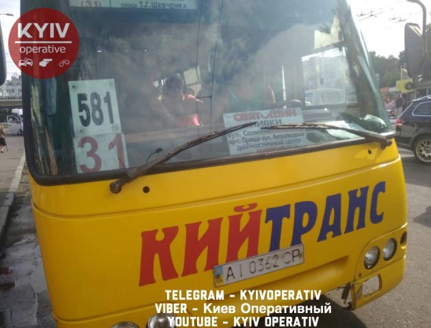 Відбив дзеркало, сів і поїхав: у Києві маршрутчик поконфліктував з водієм. ФОТО