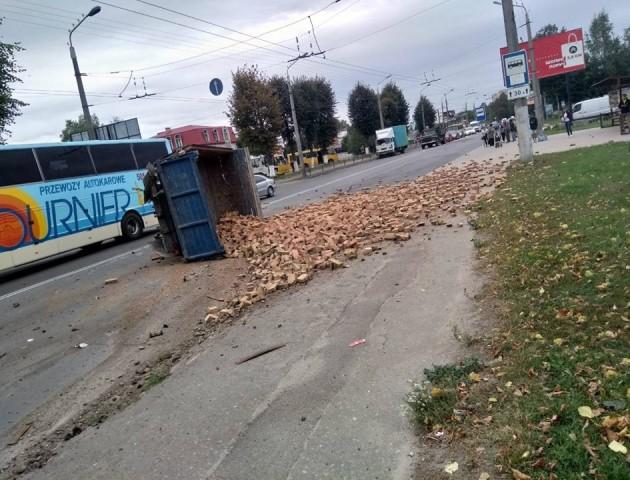 У Луцьку BMW розірвало і перевернуло вантажівку з цеглою