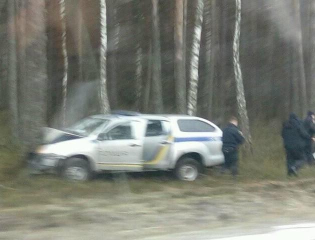 На Волині машина патрульних «злетіла» з дороги та вдарилася у дерево. ФОТО
