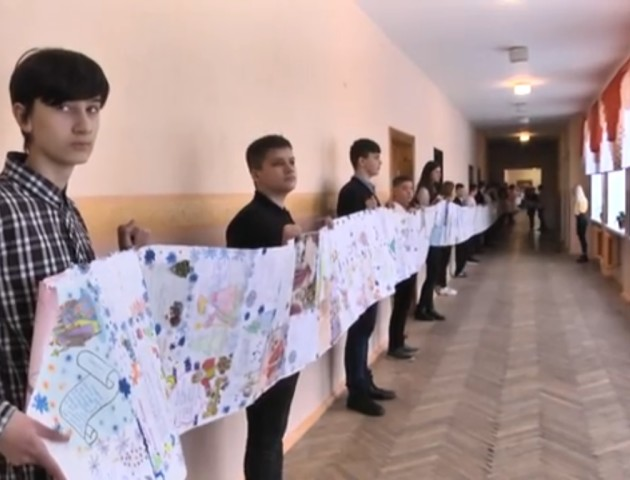 Луцькі школярі написали 47-метровий лист святому Миколаю. ВІДЕО