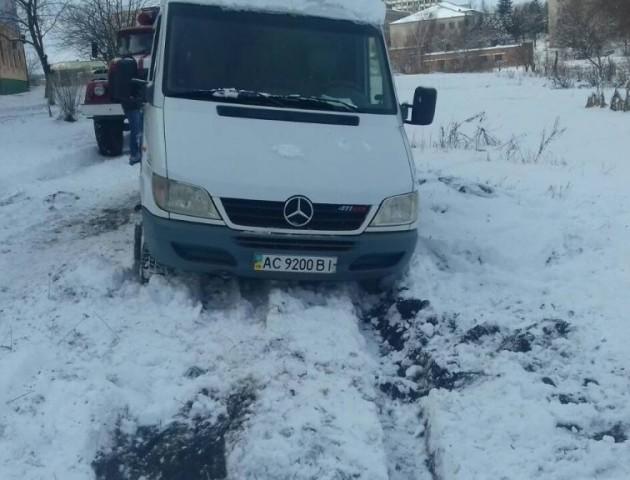 У Нововолинську пожежники допомогли витягти з снігового полону автомобіль