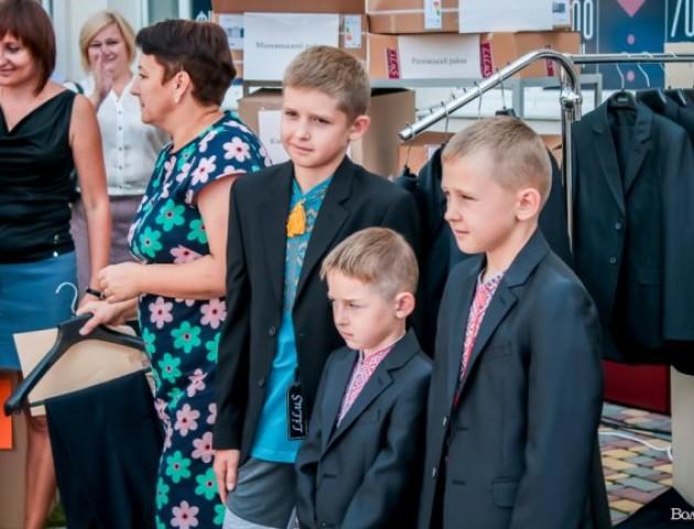 Дітям загиблих воїнів подарували шкільну форму та вишиванки. ФОТО