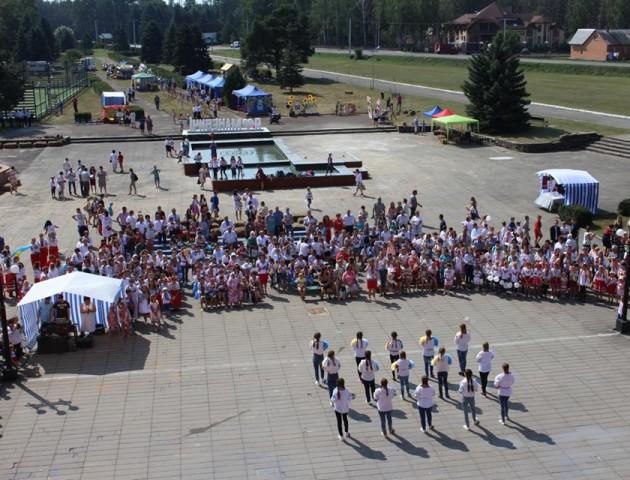 У святковому флешмобі в Маневичах разом танцювали більше 200 дітей. ФОТО