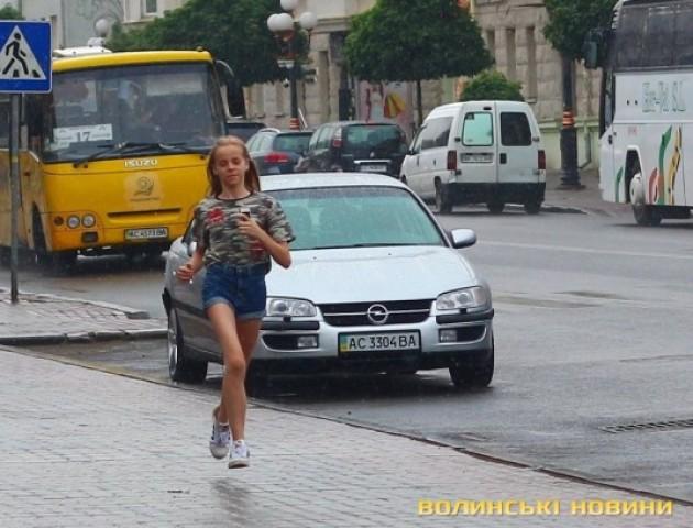 «Море» парасольок та веселі дітлахи: довгоочікуваний дощ у Луцьку. ФОТО