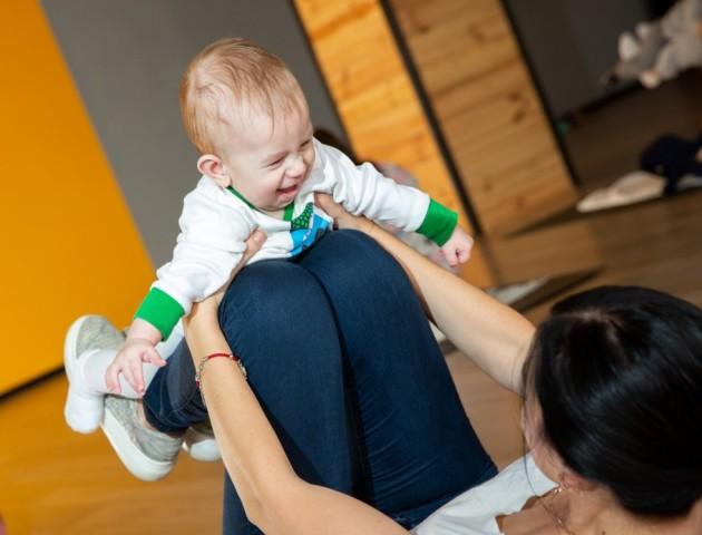Танці луцьких мам з малюками підкорюють мережу. ФОТО