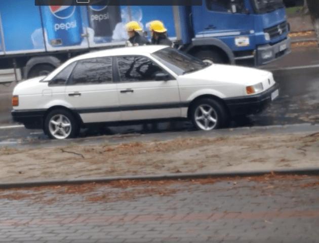 Посеред дороги в Луцьку загорілося авто. ВІДЕО