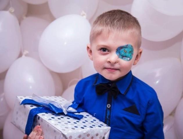 Маленькому хлопчику з Волині, який народився без ока, збирають гроші на протез