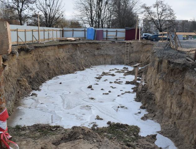 Величезний котлован без огорожі: у Луцьку почали будівництво, яке загрожує безпеці лучан