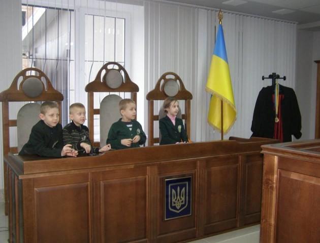 Луцькі першокласники з інклюзивного класу побували в суді. ФОТО