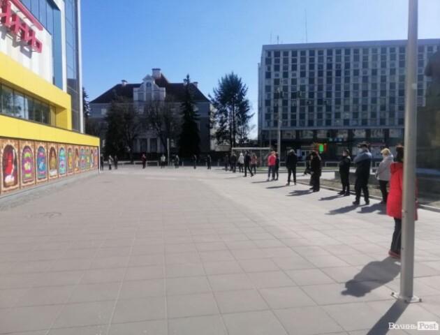 У Луцьку біля супермаркетів утворилися довжелезні черги
