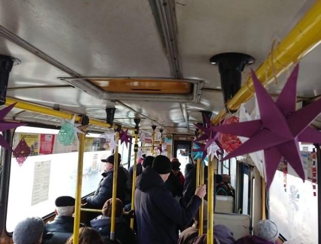 У Луцьку школярі прикрасили тролейбус до новорічних свят. ФОТО