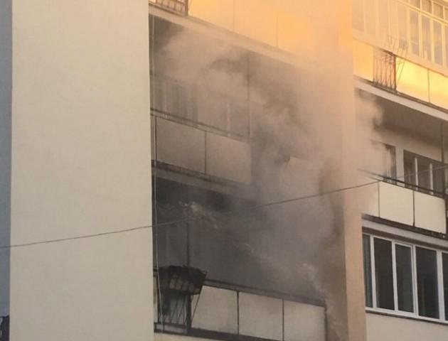 Горить балкон будинку на центральній вулиці Луцька. ФОТО
