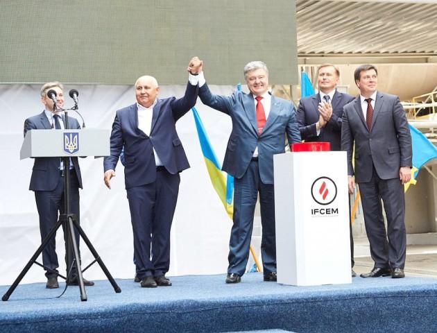 Нове виробництво на «Івано-Франківськцемент» відкривав Петро Порошенко
