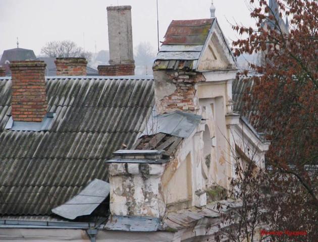 «Вітер зірвав шматок покрівлі: показали стан історичної будівлі в центрі Луцька. ФОТО