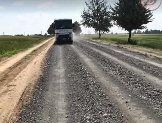 На Волині люди втомилися чекати, поки влада відновить дорогу, тому самі почали ремонт