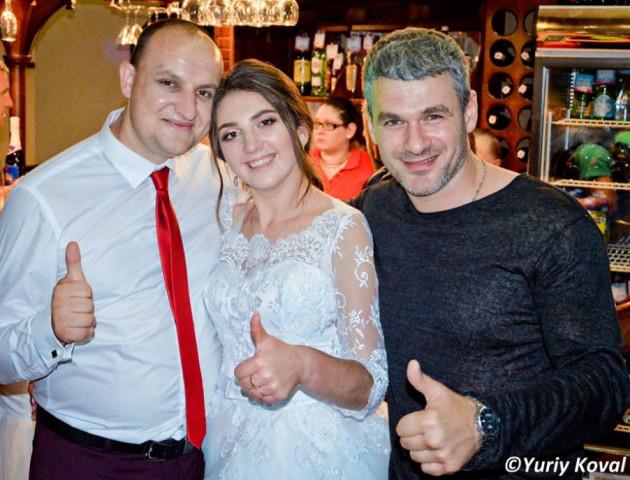 Відомий співак здивував своєю присутністю на весіллі волинських молодят