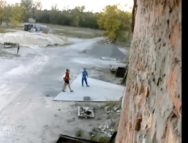 Бите скло, метал і мародери: діти граються у небезпечному приміщенні заводу Каменя-Каширського. ФОТО