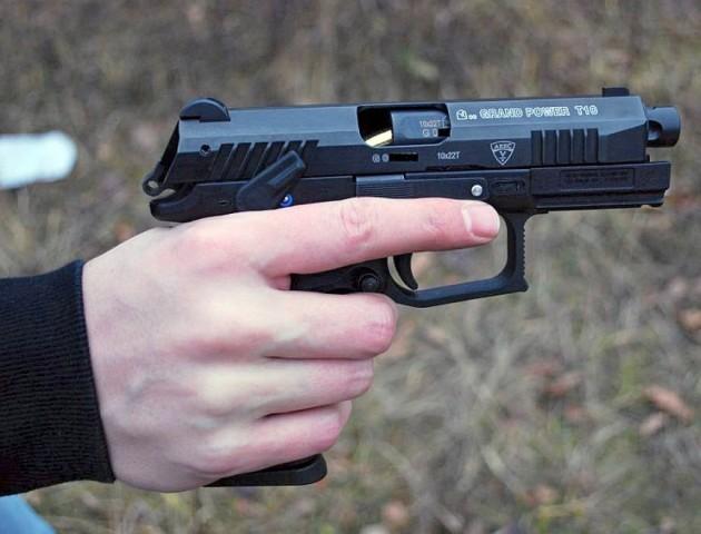 На Волині підліток з іграшковим пістолетом пограбував дітей