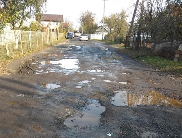 Після перших дощів на одній з вулиць у Луцьку почало злазити дорожнє покриття