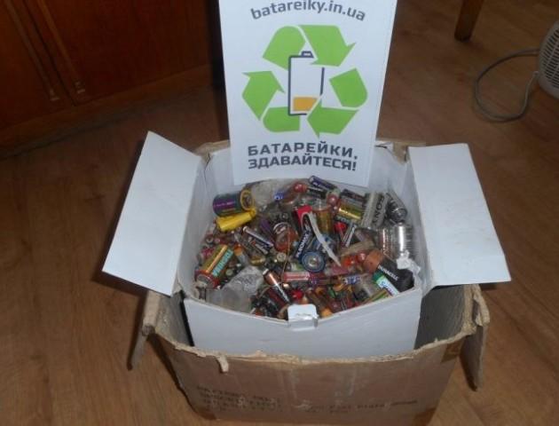 У Волинській бібліотеці зібрали 25 кілограмів використаних батарейок. ФОТО