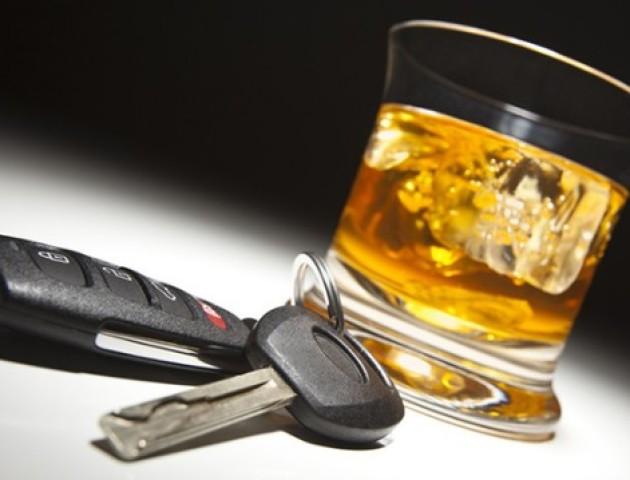 На Волині водій за кермом на очах у патрульних хильнув алкоголю