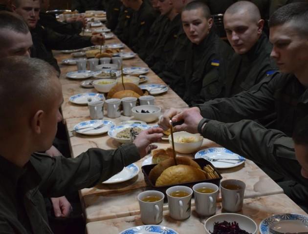 Кутя у солдатській їдальні: як святкують Різдво луцькі нацгвардійці. ФОТО