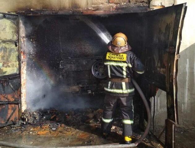 У Луцьку в гаражі стався вибух. Приміщення та автівка згоріли вщент