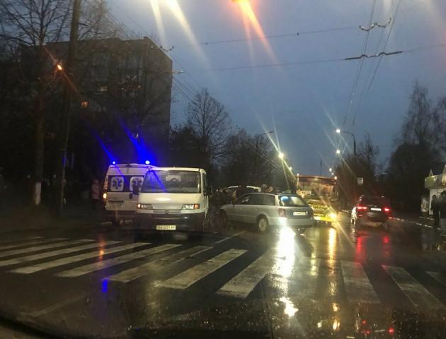 ДТП у Луцьку: авто на «бляхах» зіткнулося з бусом і збило жінку