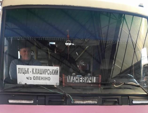 На Волині водій автобуса відмовився їхати в село через розбиту дорогу. ФОТО