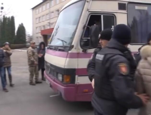Колотнеча під військкоматом у Луцьку: силою забирали в армію, а родичі не пускали автобус. ВІДЕО