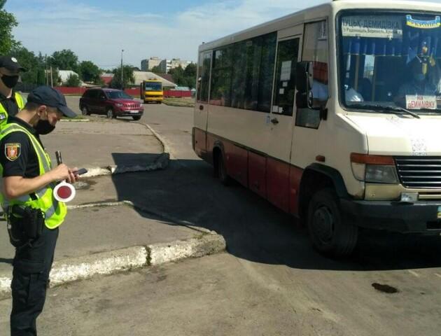 На луцькій автостанції патрульні перевіряють автобуси. Чи складають протоколи?