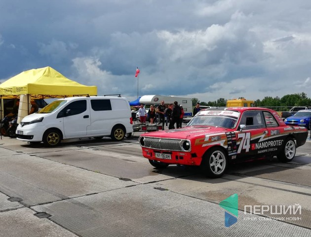 Драйвовий старт: біля Луцька почались змагання з дрег-рейсингу