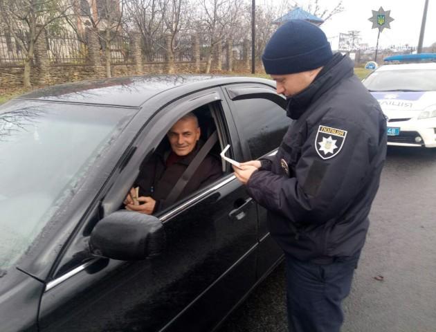 У Луцьку патрульні піднімали настрій водіям