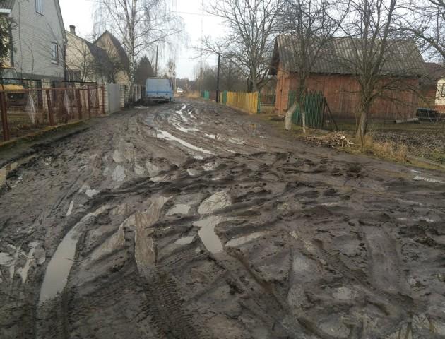 У Шацьку показали жахливу дорогу, яку ремонтували три рази за останній рік. ФОТО