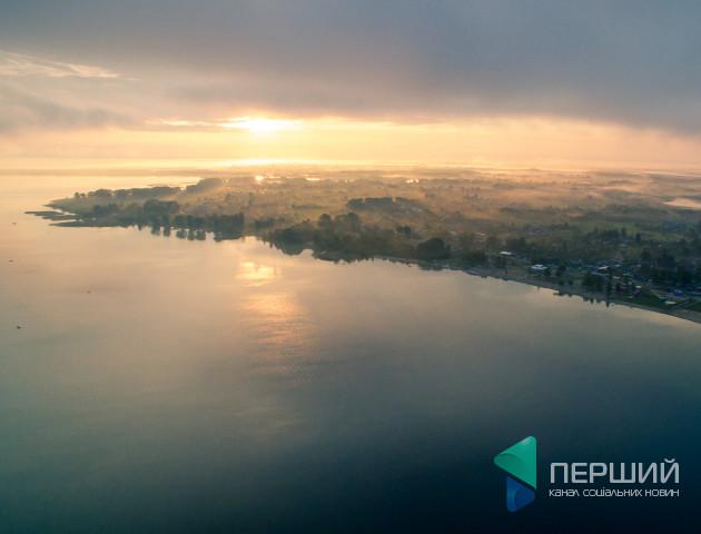 Туман та перші промені сонця: неймовірні фото ранку на Світязі