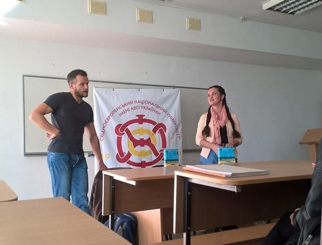 У Луцьку студентам презентували книжку «з матом». ВІДЕО