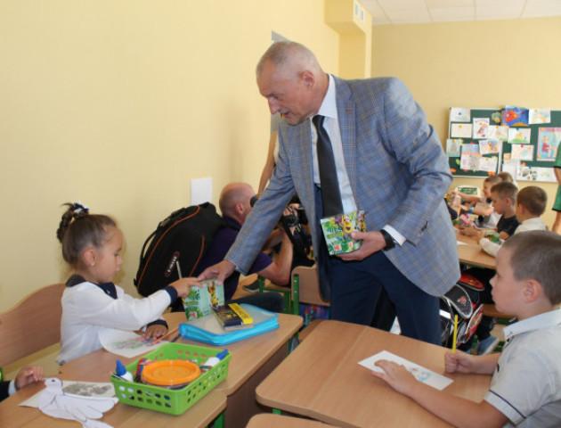 Савченко пригостив солодощами «першачків» 27-ої школи. ФОТО
